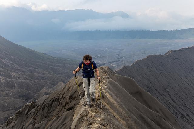 une-personne-marche-sur-un-sommet-de-montagne