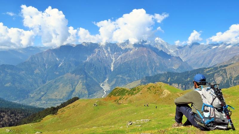 un-homme-assis-sur-une-montagne