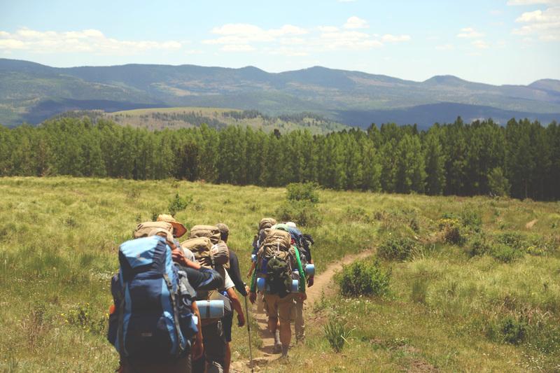 un-groupe-de-personnes-font-du-trekking